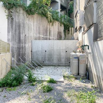 アパート裏手に駐輪場があります。