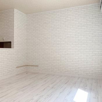 【洋室】反対側の壁はレンガ調で。