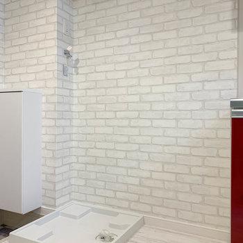 キッチン左に、冷蔵庫置き場と洗濯機置き場です。