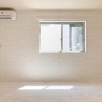 【洋室】窓は南向き。日当たりもグッドです。