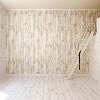 【洋室】アクセントクロスがお部屋に雰囲気をプラスしていますね。