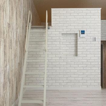 【洋室】では、階段を登ってロフトへ。
