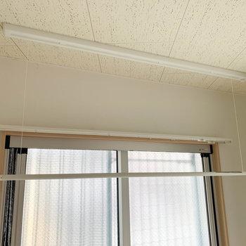 天井から収納式の物干しが出てきます。