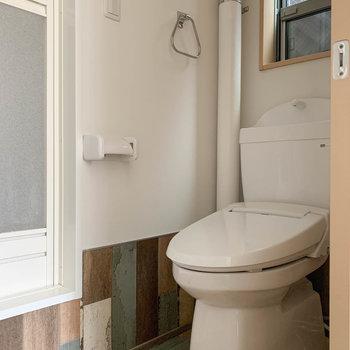 脱衣所には小窓付き。トイレはここに。