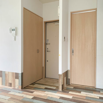 左の扉が玄関。キッチン側の扉が脱衣所です。