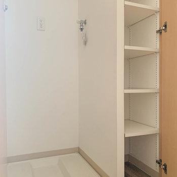 玄関横の扉、中には洗濯機置き場が。