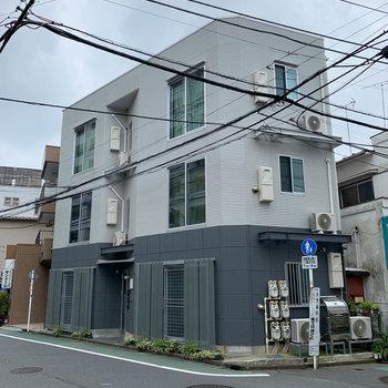 道路沿いのマンションです。