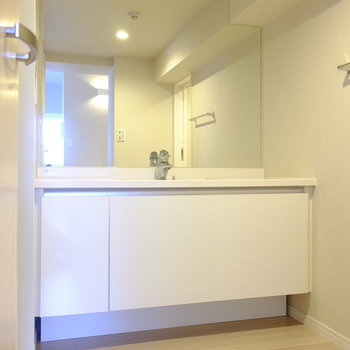 お洒落さだけでなく、収納もたっぷりできる洗面台です