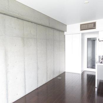 コンクリートの壁です。※写真は7階の同間取り別部屋のものです