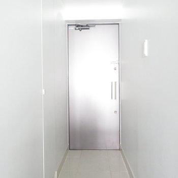 玄関広いなー!※写真は7階の同間取り別部屋のものです