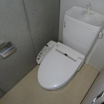 温水洗浄機能付きのトイレです。※写真は7階の同間取り別部屋のものです