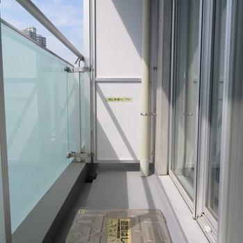 南向きのバルコニーには光が。※写真は7階の同間取り別部屋のものです