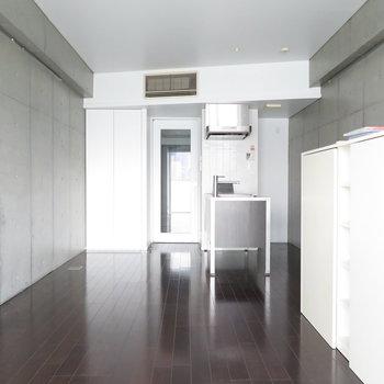おしゃれだなー。コンクリが魅力的なお部屋です。※写真は7階の同間取り別部屋のものです