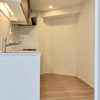 【LDK】冷蔵庫は右手のくぼみにどうぞ。※写真は16階の同間取り別部屋のものです