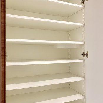 シューズボックス。季節物のサンダルもたっぷり収納できそう。※写真は16階の同間取り別部屋のものです