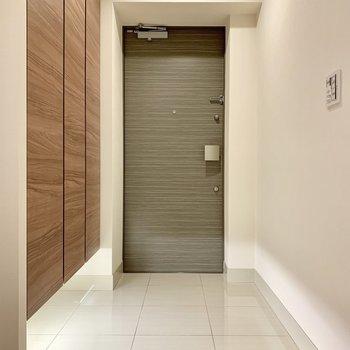 玄関ライトは自動で点灯します。※写真は16階の同間取り別部屋のものです