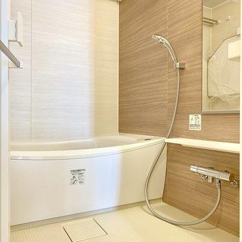 お風呂の蓋はフックに掛けられますよ。※写真は16階の同間取り別部屋のものです