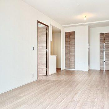 【LDK】キッチンの横にはダイニングテーブルを置きましょう。※写真は16階の同間取り別部屋のものです