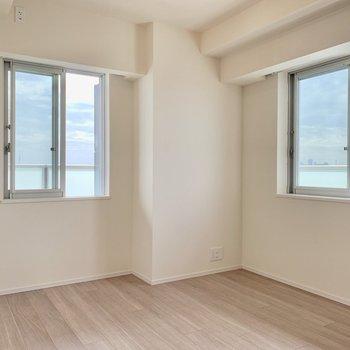 【Bedroom 6.5帖】2面採光で風通しも良好です。※写真は16階の同間取り別部屋のものです