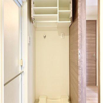 洗濯機は脱衣所にあります。※写真は16階の同間取り別部屋のものです