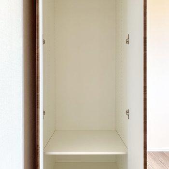 【Bedroom 4.8帖】ドア横に収納。1人分は入りそうです。※写真は16階の同間取り別部屋のものです