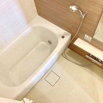 お風呂はゆったり浸かれそうです。※写真は16階の同間取り別部屋のものです