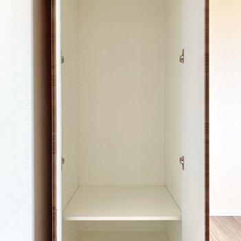 【Bedroom 4.8帖】ドア横に収納。一人分は入りそうです。