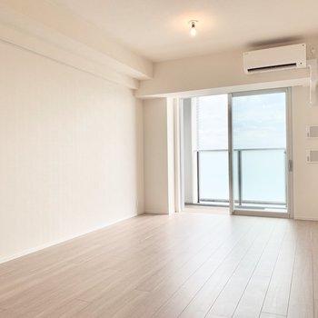 【LDK】窓の左側にテレビも繋げられそうですよ。※写真は16階の同間取り別部屋のものです