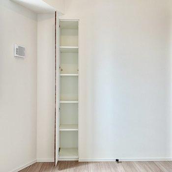【Bedroom 4.8帖】本を置くのも良さそうですね。※写真は16階の同間取り別部屋のものです