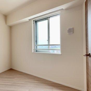 【Bedroom 6.5帖】隅には観葉植物を置こうかな。※写真は16階の同間取り別部屋のものです