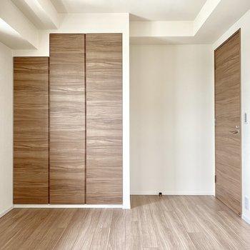 【Bedroom 6.5帖】ベッドは左手に寄せようかな。※写真は16階の同間取り別部屋のものです