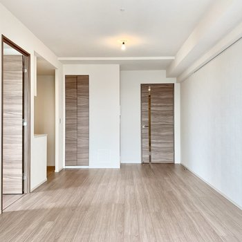 【LDK】右側の壁にはピクチャーレールがありますね。※写真は16階の同間取り別部屋のものです