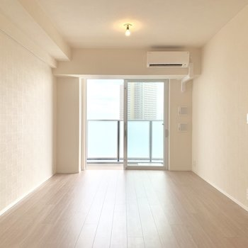 【LDK】ふんわりオレンジの電球。暖かいライトアップ。※写真は16階の同間取り別部屋のものです
