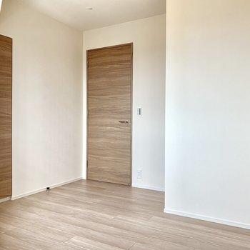 【Bedroom 4.8帖】ドア横にはコンセント。※写真は16階の同間取り別部屋のものです