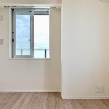 【Bedroom 6.5帖】青い空が見えてスッキリ目覚められそうですね。※写真は16階の同間取り別部屋のものです