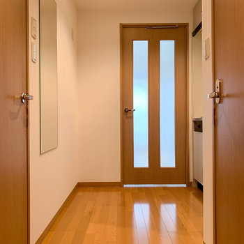玄関からの眺め。ただいまの風景。※写真は7階の反転間取り別部屋のものです