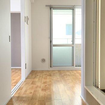 \おじゃましま〜す/ 入ってすぐ右側にお風呂、右奥にキッチン。左側に洋室があります。