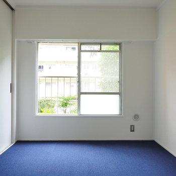 お次は洋室。こちらはブルーなカーペット。