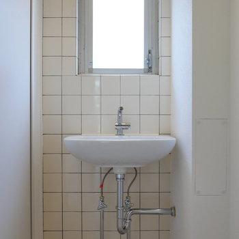 脱衣所に独立洗面台。鏡は準備しましょう。