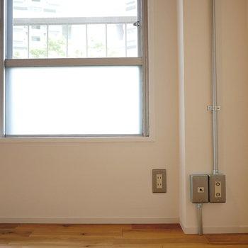 【ディテール】配管見える電気コンセント。