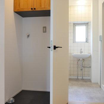 玄関廊下から洗濯機置場。
