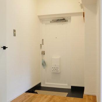 玄関部まで無垢床。収納は追加しましょう。