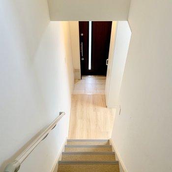 階段降りて正面に玄関、右側に水回り。(※写真は清掃前のものです)