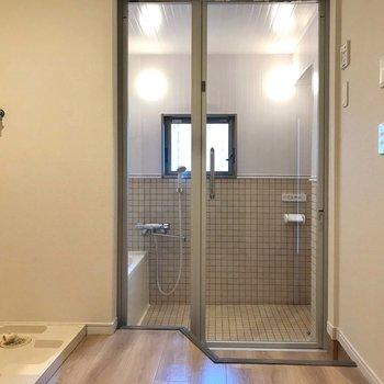 お風呂とトイレはガラス扉の中・・・!(※写真は別部屋のものです)