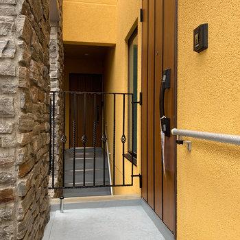 共用部階段を登って2階が玄関です。