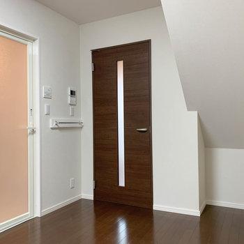 【2階】ここにお風呂。扉横にタオルをかけるフックもあります。