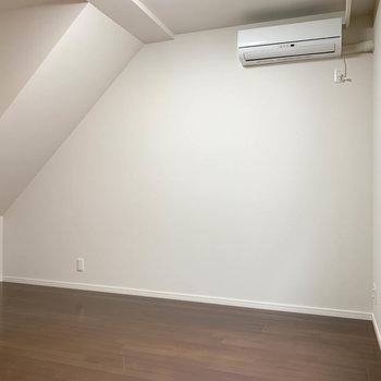 【2階】反対側はシンプルに壁。こっちにベッドでも良いかも。