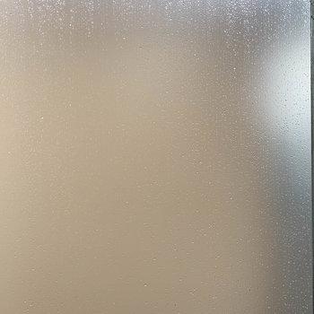 2階窓からの眺望。すりガラスでブラインドになっています。