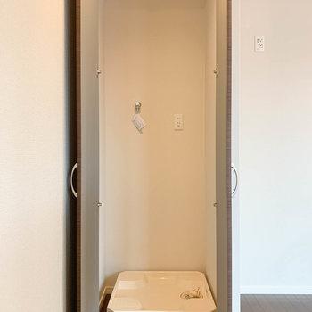 3階の階段近く、扉を開けると洗濯機置き場。