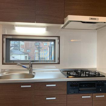 【3階】キッチンは三口ガス。作業スペースもしっかりと。